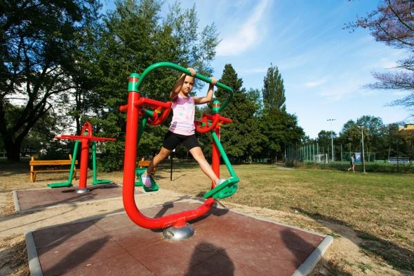 Jedním z uskutečněných nápadů projektu fajnOVY prostor je venkovní posilovna na VIII. obvodě. Foto Jiří Birke