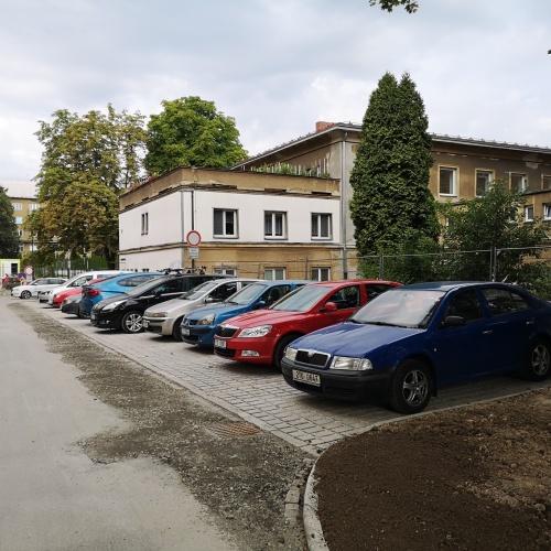 Na Školní ulici je nové parkoviště